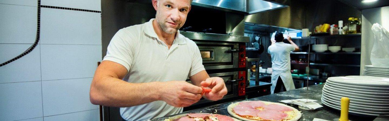 Thuis genieten van de lekkere pizza's van Sardegna