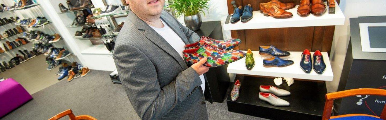 De gekleurde schoenen van Men of Global vind je bij Schlichting